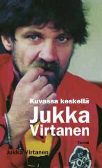 Keskellä kuvassa Jukka Virtanen